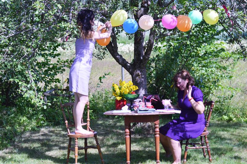 Sofia sätter upp ballonger